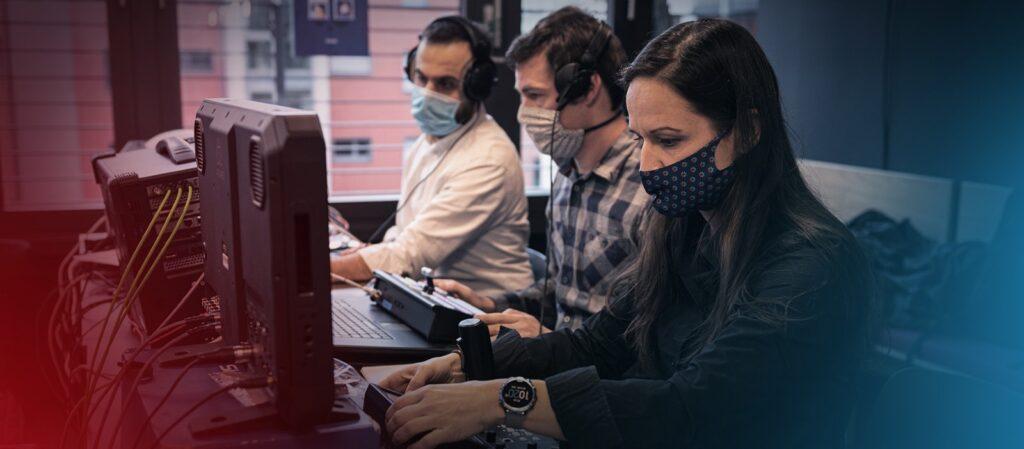 Drei MitarbeiterInnen an der Live-Regie und Kamerasteuerung